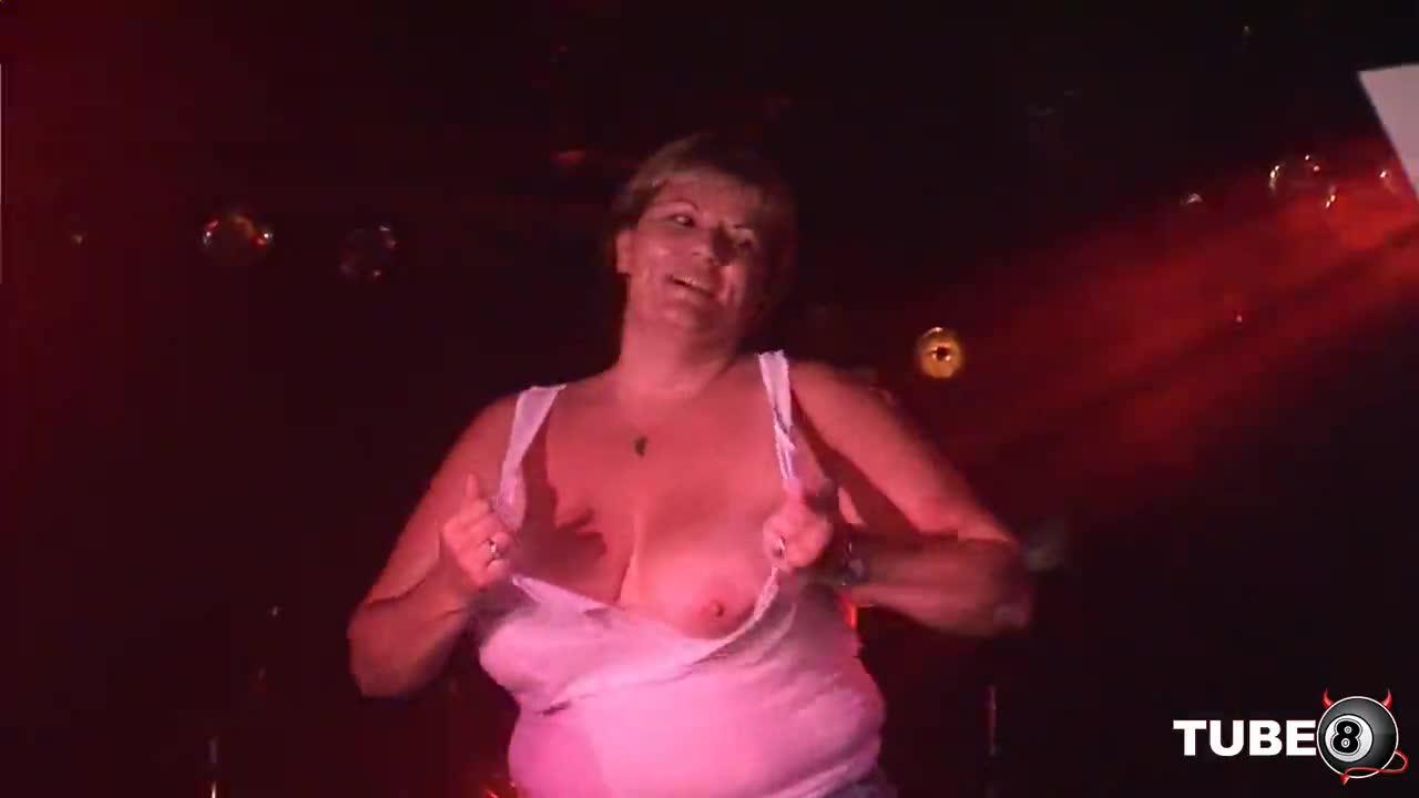 пьяная тетка танцует стриптиз услышал стоны спустя