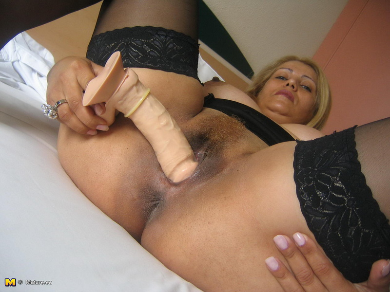 shikarnaya-mamochka-masturbiruet