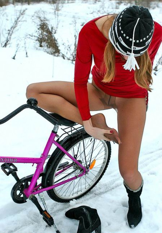 трется писей об седушку велосипеда