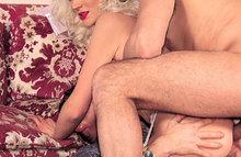 Зрелая блонди кончает от двух членов