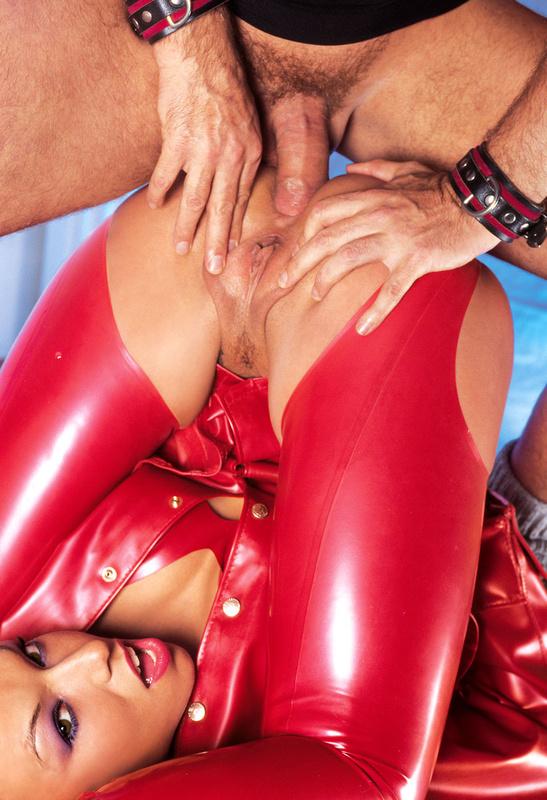 Женщина в красном видео порно