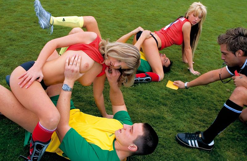 Молодые футболистки трахаются