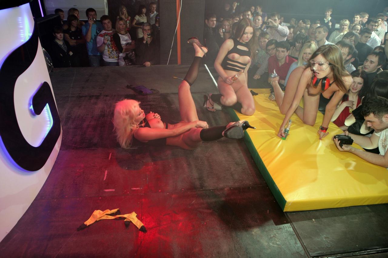 Стриптизерша сосет на сцене, Блондинка сосет хуй во время стриптиза на сцене 23 фотография