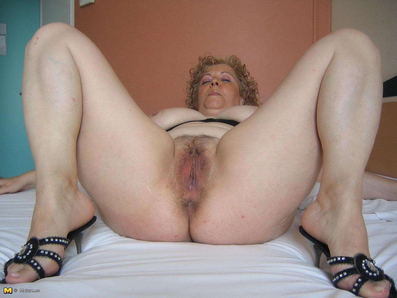 порно смотреть зрелая мамка с волосатыми писькой жопой и ногами