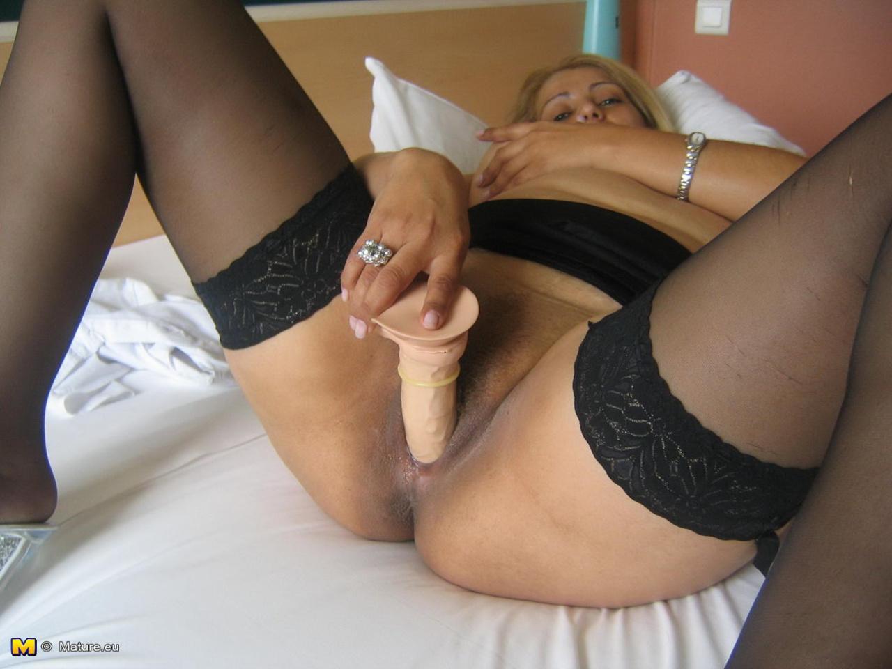 Смотреть фото мастурбация в чулках, Блондинка в чулках мастурбирует свою писю - фото 6 фотография