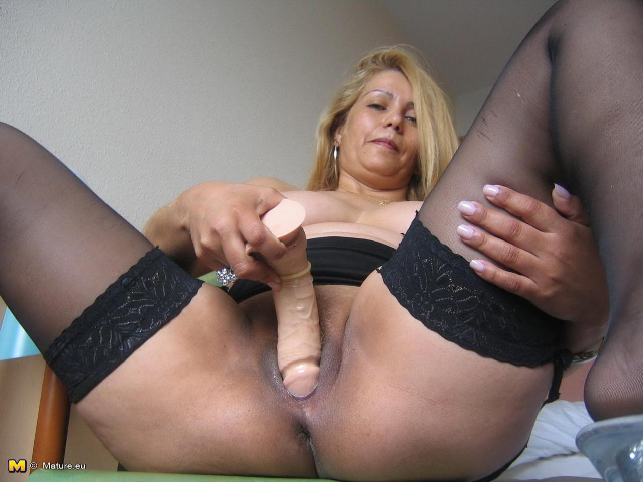 зрелая мастурбирует большим дилдо