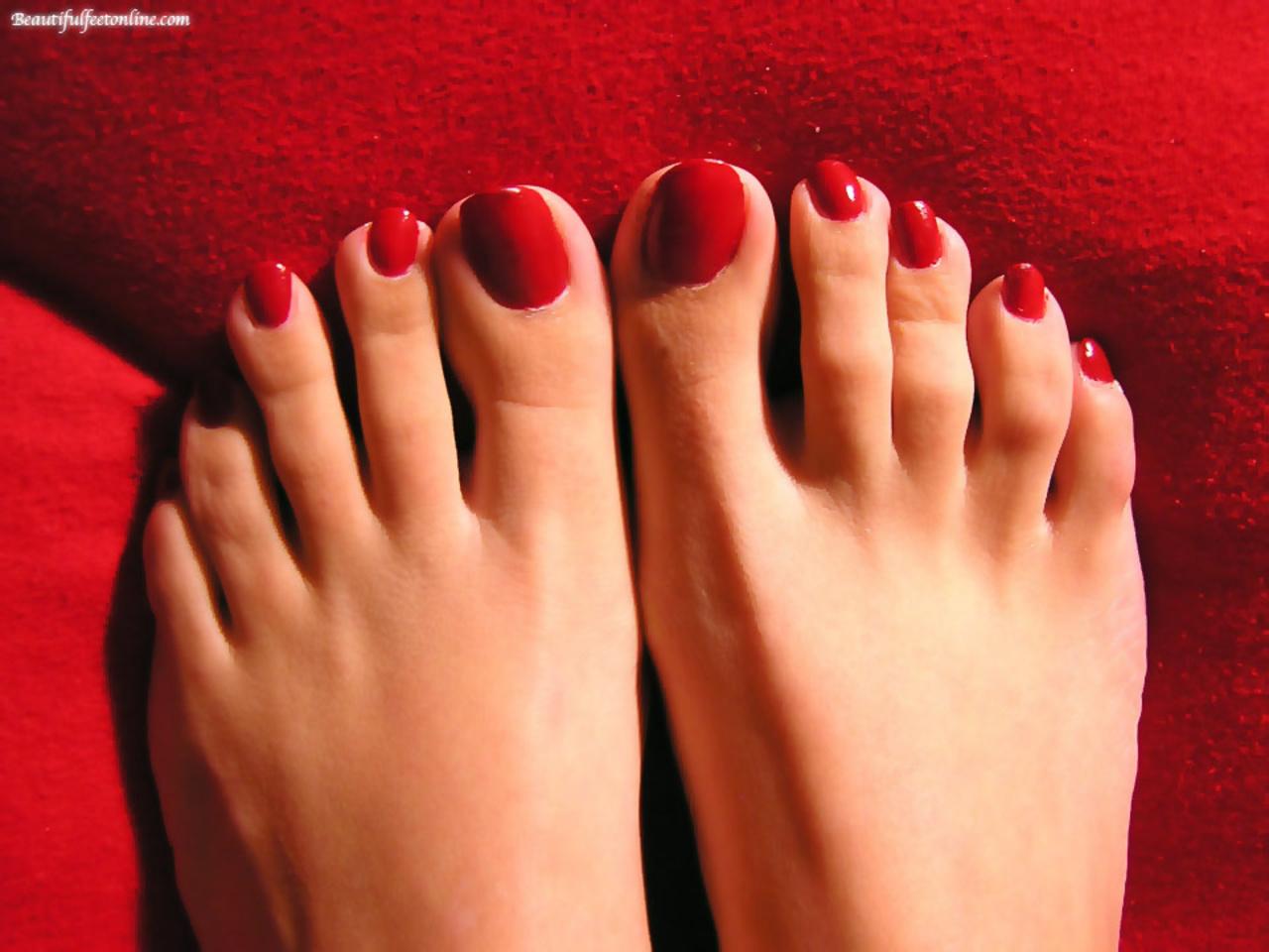Красивые женские ножки с красным