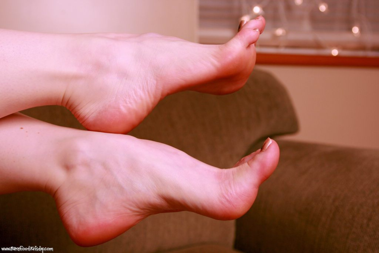 Член между пальцев ног фото, Дрочит хуй ногами увлекательное порно фото порева 10 фотография
