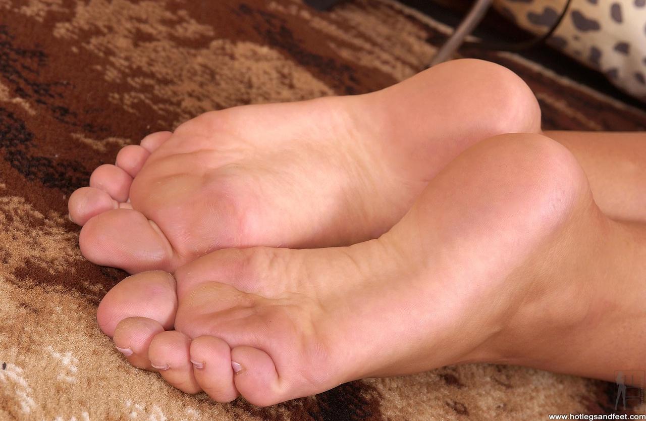 Член между пальцев ног фото, Дрочит хуй ногами увлекательное порно фото порева 11 фотография