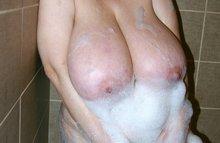 Стирает в ванной свою грудь