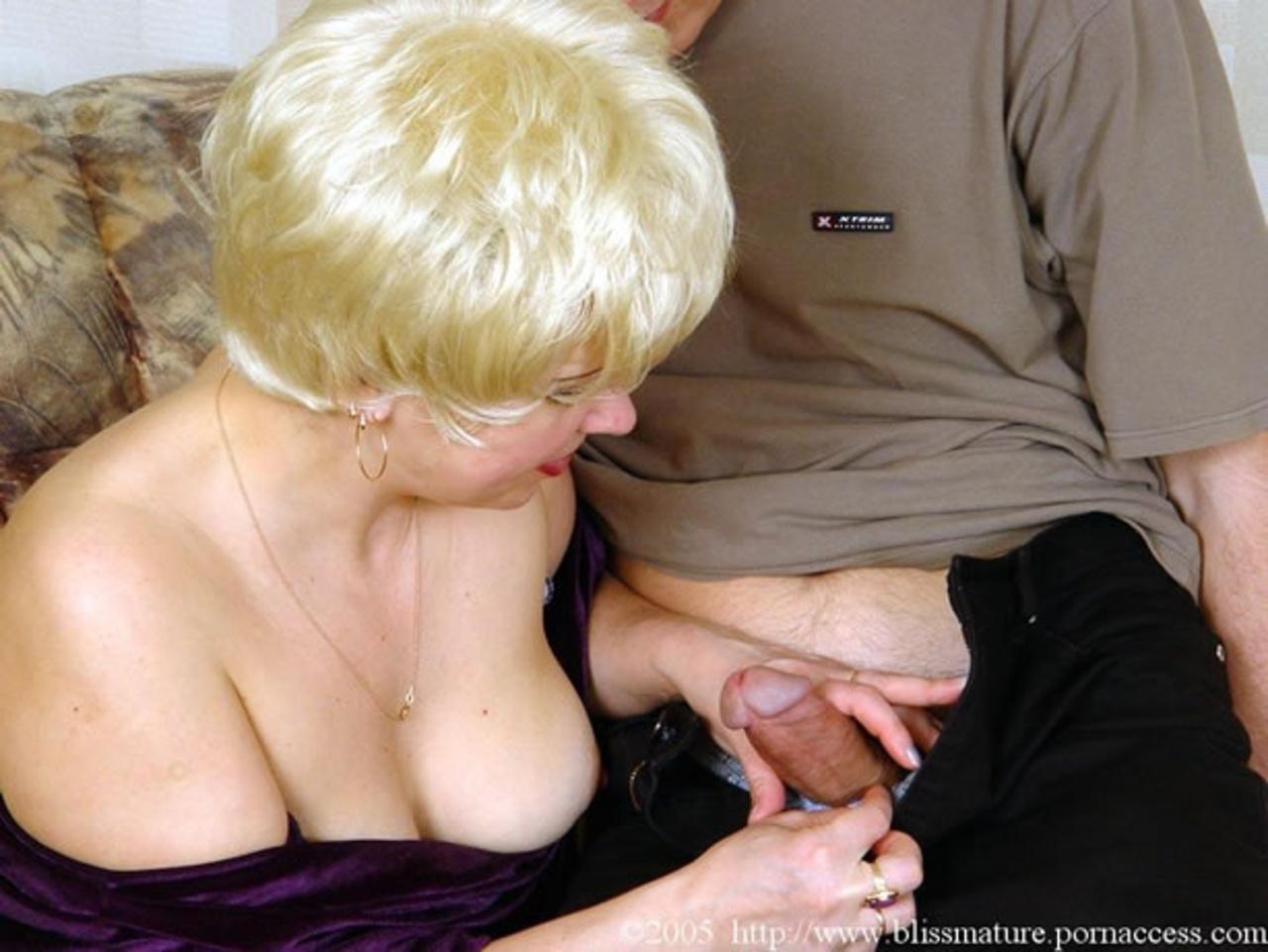 Тётка соблазнила пацана, Зрелая пышная тётка соблазнила молодого парня на 9 фотография