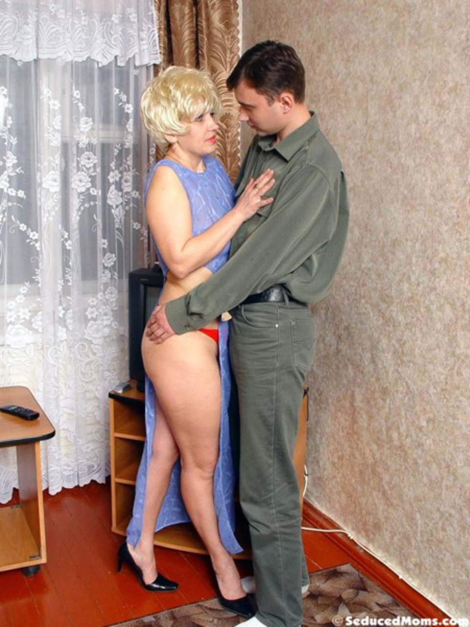 soblaznila-soseda-russkoe-porno
