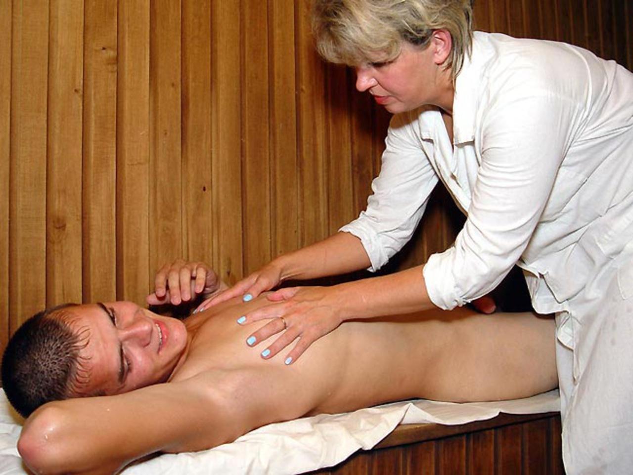 trahnul-tetku-na-massazhe