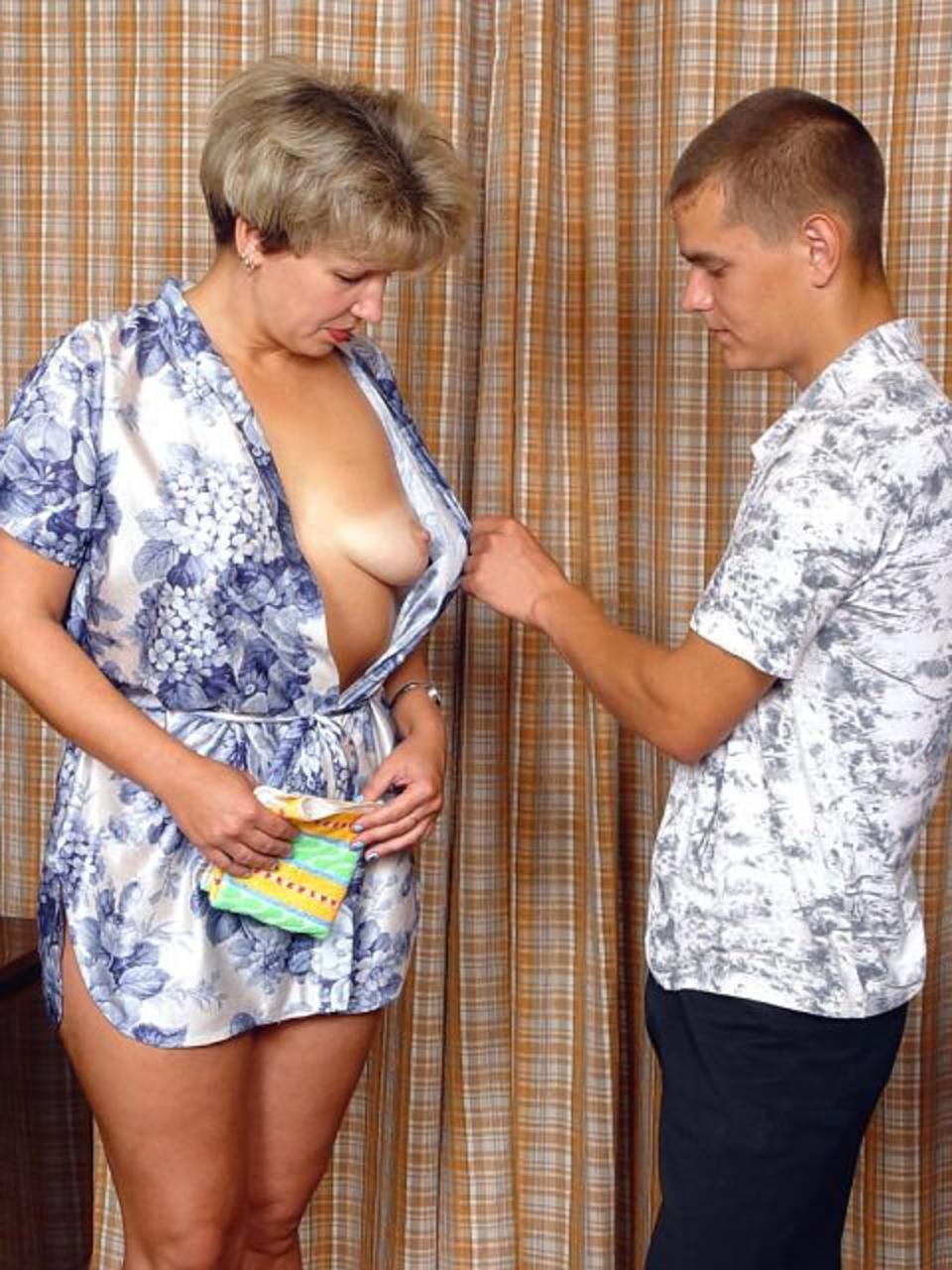 sinok-pristaet-k-mame-porno