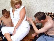 Зрелая дама соблазняет юнцов пачками
