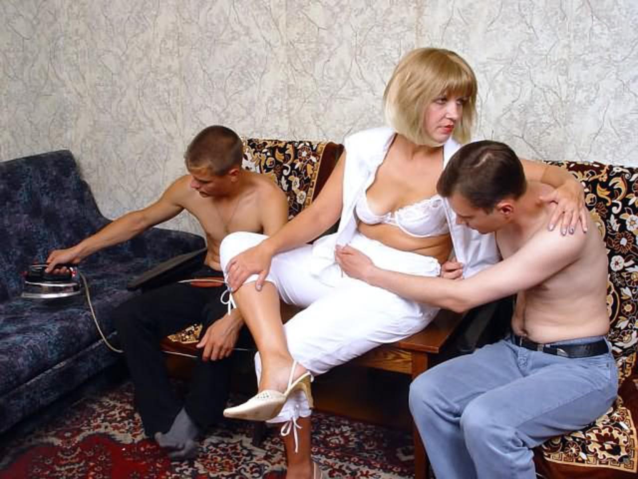 Тётка соблазнила пацана, Зрелая пышная тётка соблазнила молодого парня на 10 фотография
