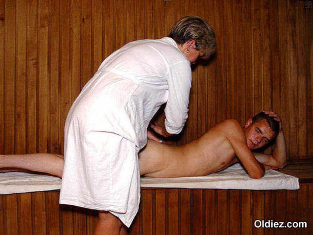 Увидела парни сосут в бане