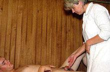 Делает массаж своим ротиком