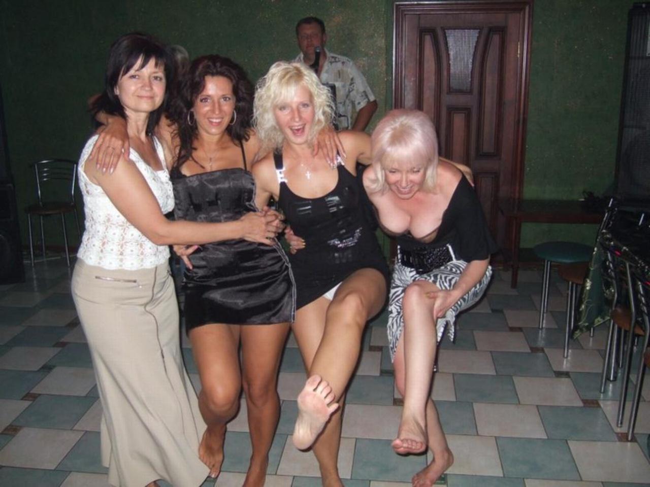 Фото под юбкой у подружек, Под юбкой у девушек -фото. Письки и трусики под 8 фотография
