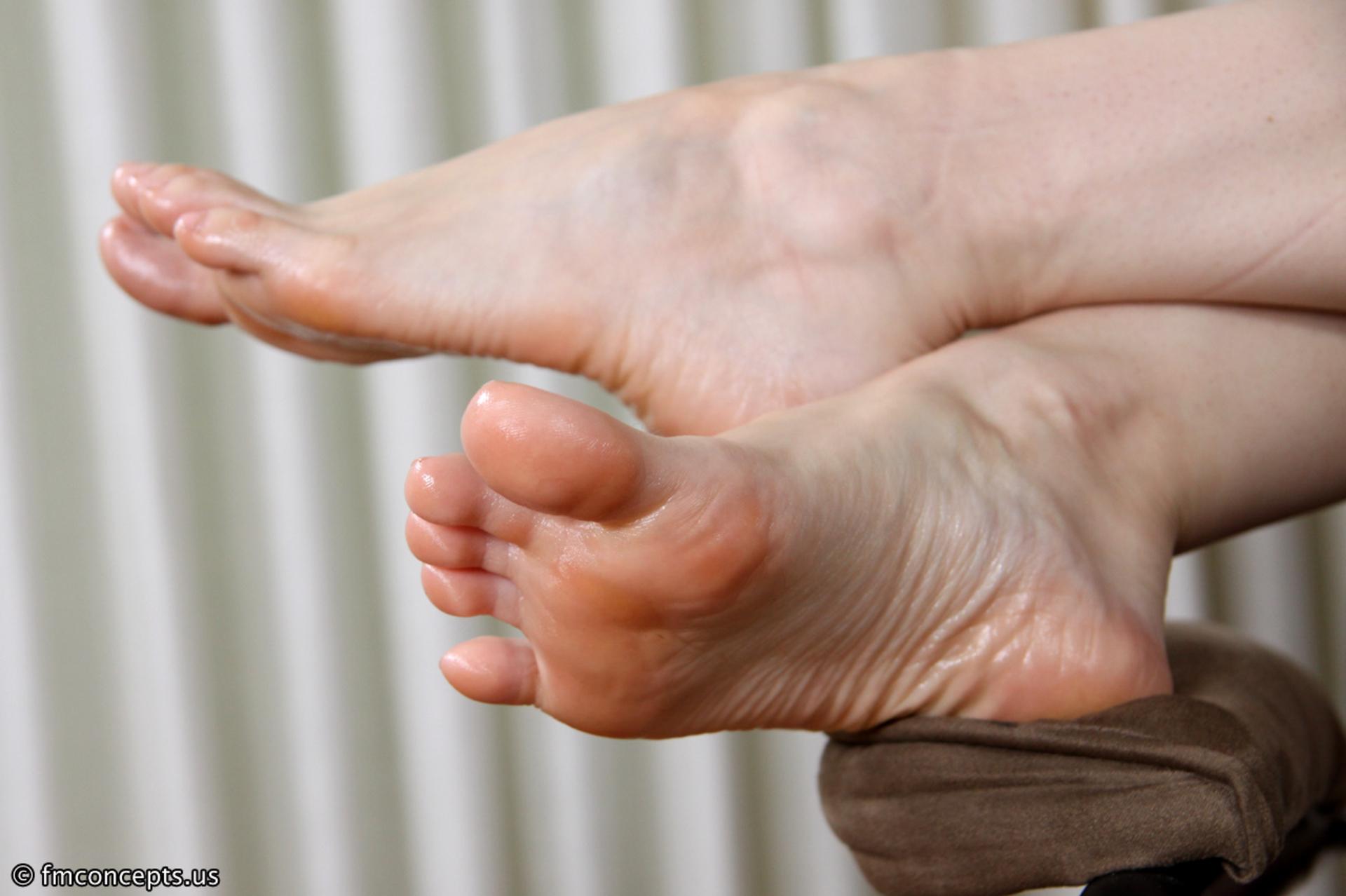 Член между пальцев ног фото, Дрочит хуй ногами увлекательное порно фото порева 13 фотография