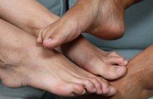 Играются своими умелыми ножками