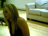 Блондинка танцует стриптиз для любимого