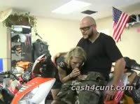 Военный дает блондинке