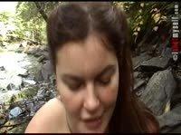 Дамочка развлекается сама на природе