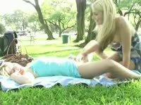 Две милашки шалят в парке
