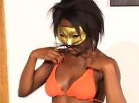 Негритяночка в новой маске