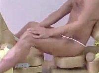 Азиатка занимается этим на кресле