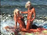 Девушки шалят на море