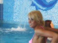Девушки отдыхают у бассейна