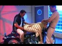 Отмудохали девушку на мотоцикле