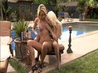 Подружки уселись у бассейна