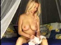 Миленькая блондинка ласкает сама себя