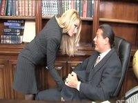 Блондинка ублажила своего босса