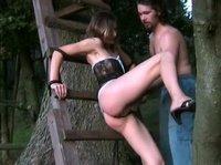Парень и девушка на природе