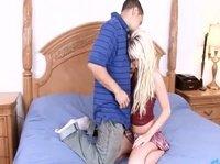 Приятная блондинка в его постели
