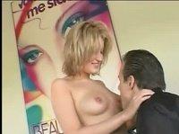 Блондиночка знает толк в сексе