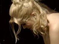 Блондинка неплохо наподдала на природе