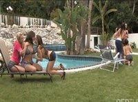 Девушки шалят у бассейна