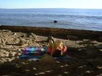 На берегу с грудастой блондой
