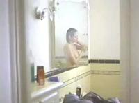 Актриса моется в ванной