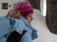Сучка делает это на снегу