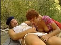 Женщинаша расслабляется в парке