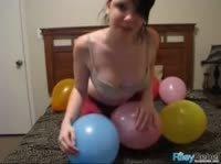 Милашка играет с шариками