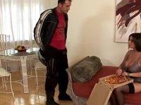 Сиськи плюс пицца, что может быть лучше?