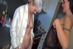 Работницы кухни жарят друг друга