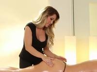 Хозяйка массажного салона принимает новенькую